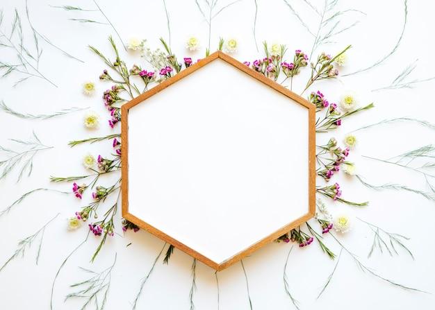 Hexagon frame auf schönen wilden blumen