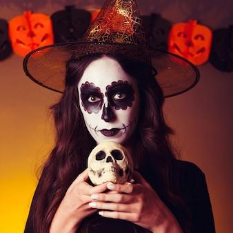 Hexe hält schädel