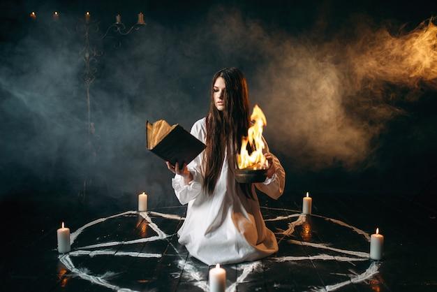 Hexe im pentagrammkreis, ritual der dunklen magie