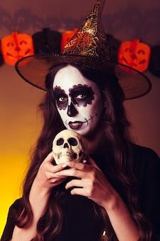 Hexe mit totenkopf