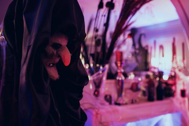 Hexe steht vor bar mit getränken