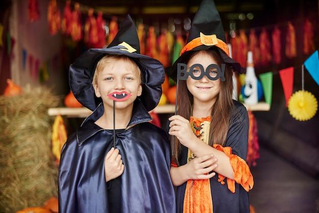 Hexe und zauberer in gruseligen masken an