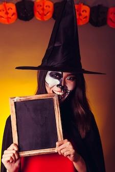 Hexe zeigt schiefer