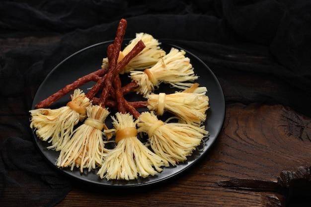 Hexenbesen aus geräuchertem käse suluguni und salami