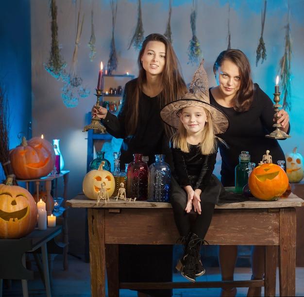 Hexenfamilie mit zaubertränken und halloween-kürbissen zu hause