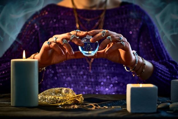 Hexenfrau, die bezaubernde elixiertrankflasche für liebeszauber, magische hexerei und wahrsagerei verwendet. magische illustration und alchemie