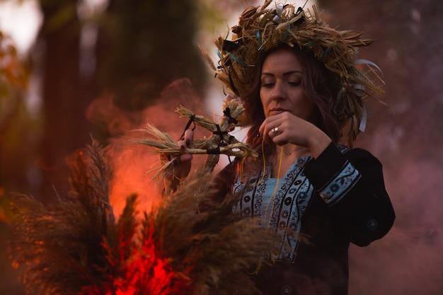 Hexenfrau machen bann mit großem kessel auf dem wald