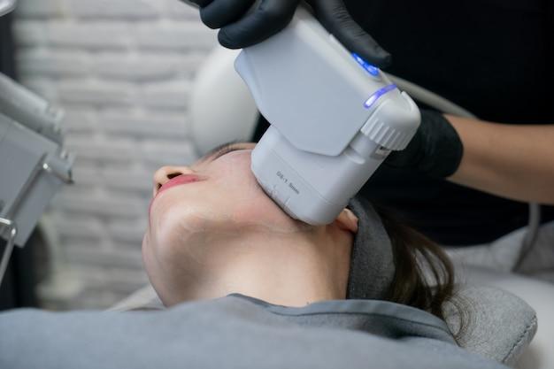 Hifu-behandlung im weiblichen gesicht. hochintensiver fokussierter ultraschall. anti-aging-behandlung und plastische chirurgie konzept.