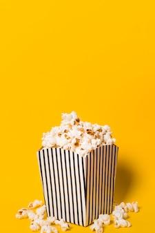 Higgh winkel popcorn auf dem tisch