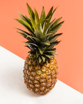 High angle ananas mit sonnenbrille