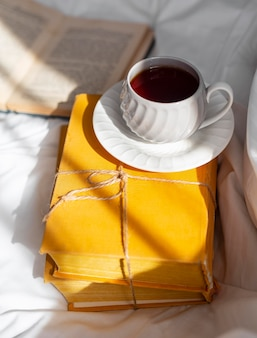 High angle anordnung mit büchern und tasse