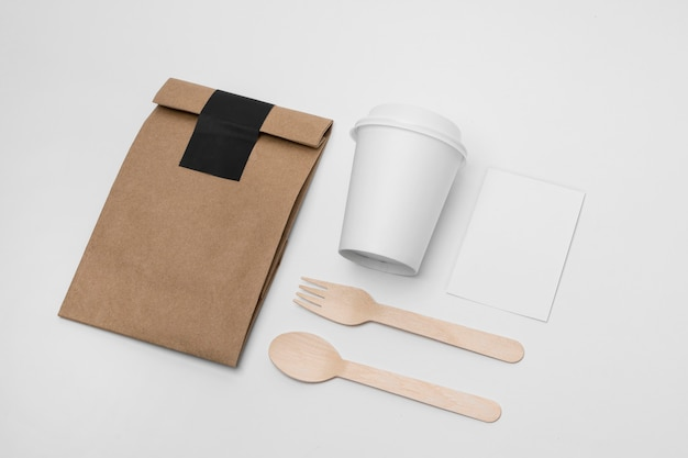 High angle anordnung mit tasse und papiertüte