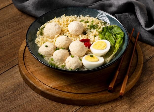 High angle anordnung von köstlichen indonesischen bakso