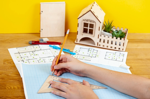 High angle architect arbeitet an einem neuen projekt