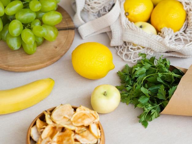 High angle arrangement mit früchten und petersilie