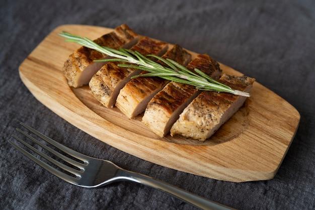 High angle arrangement mit leckerem fleisch und gabel