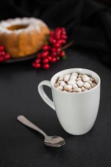 High angle arrangement mit marshmallow drink und kuchen