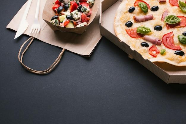 High angle arrangement mit salat und pizza