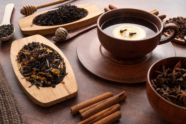 High angle arrangement mit tasse tee und kräutern