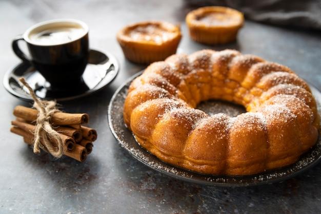 High angle arrangement mit torte und kaffeetasse