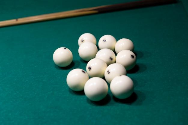 High angle arrangement mit weißen billardkugeln