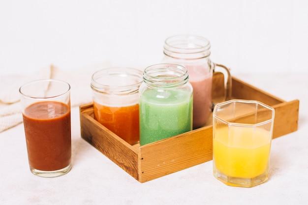 High angle arrangement von bunten smoothies