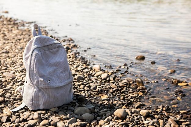 High angle backpack neben dem meer
