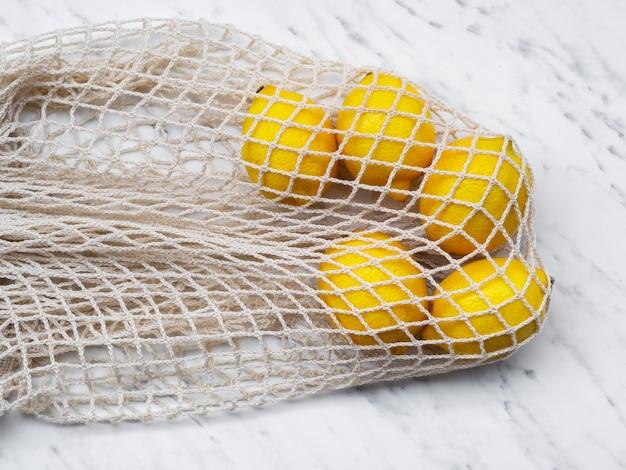 High angle baumwollnetzbeutel mit zitronen