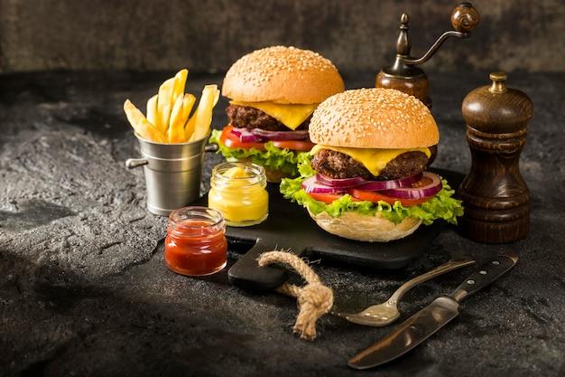 High angle beef burger mit pommes und sauce