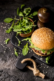 High angle beef burger mit salat