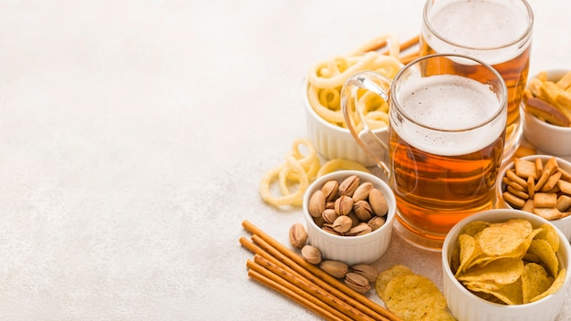 High angle bier und snacks rahmen