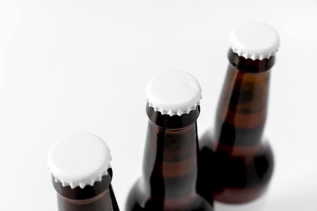 High angle bierflaschen mit leeren verschlüssen