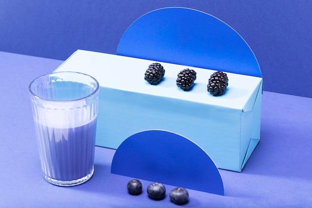 High angle blaubeeren und brombeeren mit smoothie