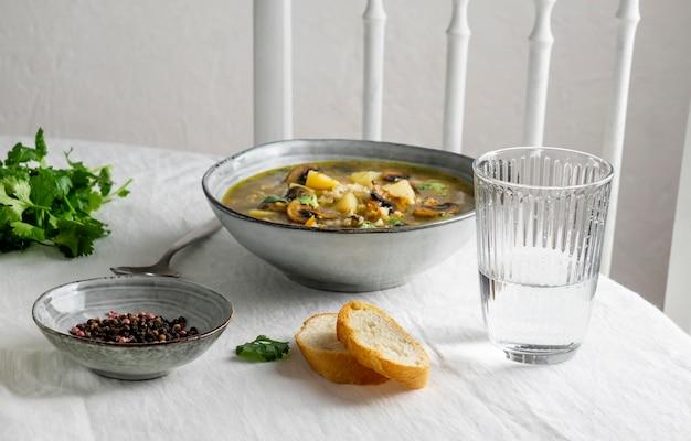 High angle bowl mit essen auf dem tisch