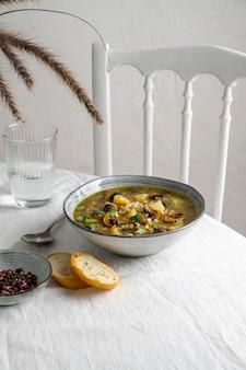 High angle bowl mit essen und brot auf dem tisch