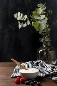 High angle bowl mit müsli und yougurt auf dem tisch