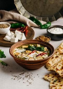High angle bowl mit pakistanischem essen