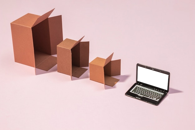 High angle boxen und laptop-anordnung