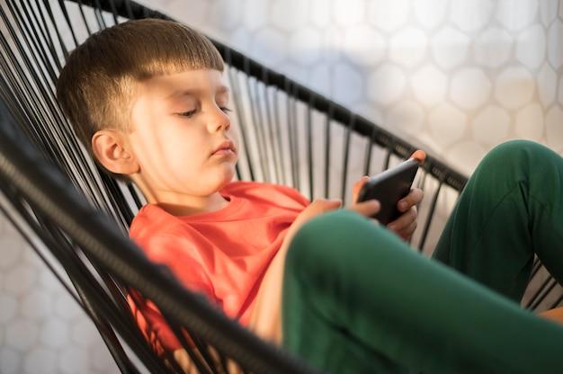 High angle boy mit tablet spielen