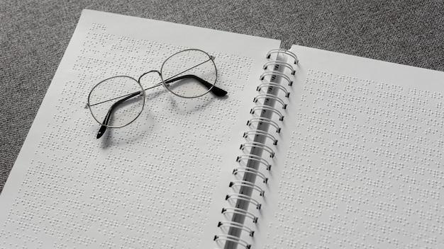 High angle brille auf braille notebook