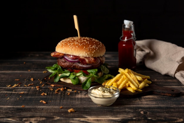 High angle burger mit pommes und saucen auf dem tisch