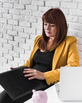 High angle business woman konzentrierte sich auf die arbeit