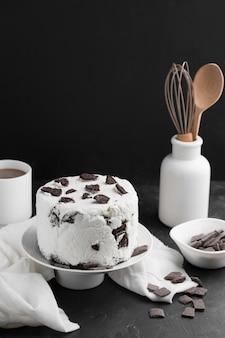 High angle cake mit sahne und oreo