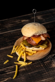 High angle cheeseburger und pommes