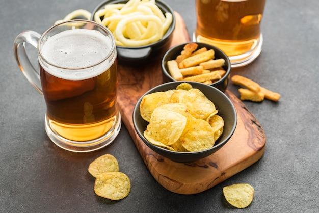 High angle chips und bier arrangement