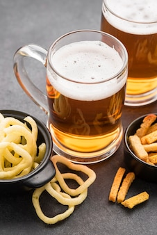 High angle chips und bierkrüge