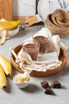 High angle chocolate smoothie mit bananen