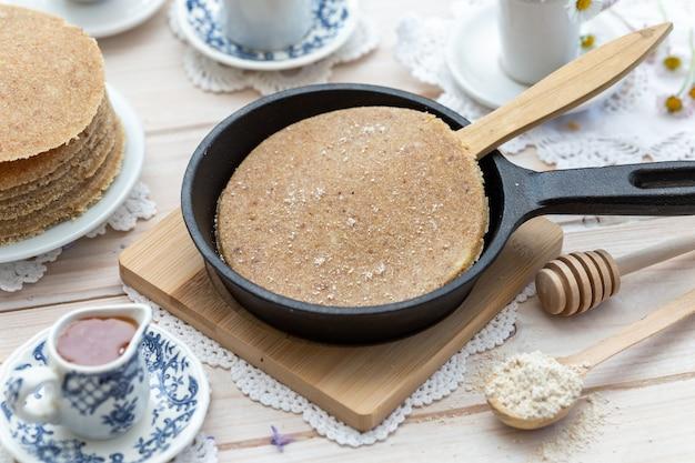 High angle closeup shot von rohen veganen pfannkuchen in einem ästhetischen tischdesign