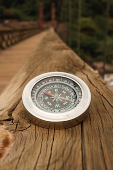 High angle compass am rand der brücke