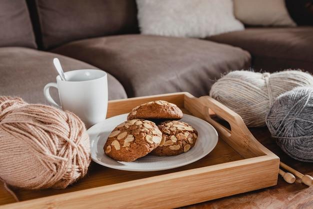 High angle cookies und garn mit tasse auf tablett